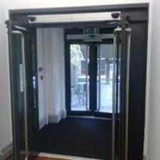 Portal con doble entrada puerta batiente